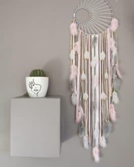 A Attrape rêves / dreamcatcher / attrapeur de rêves coloris rose poudré, doré et blanc avec tissage soleil