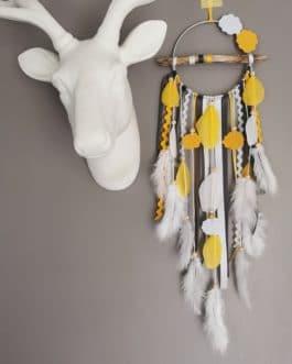 A Attrape-rêves en bois flotté, coloris blanc, moutarde et gris anthracite avec nuages